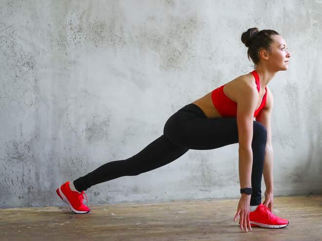 mulher praticando exercicios